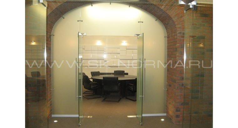 Офисные двери распашные маятниковые цельностеклянное полотно